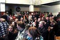 Velmi bouřlivé bylo prosincové zasedání zastupitelů v Mochově, kterého se zúčastnilo více než dvě stě místních obyvatel, aby řeklo své jasné ne elektrárně.