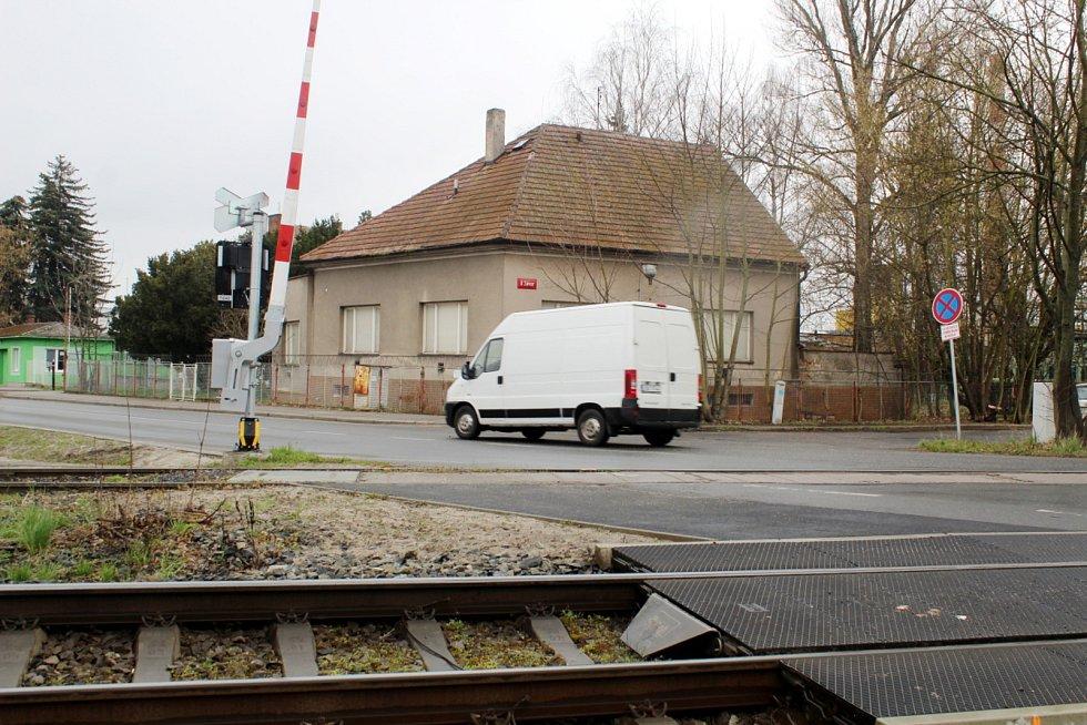 Pražská ulice a železniční přejezd u pivovaru v Nymburce.