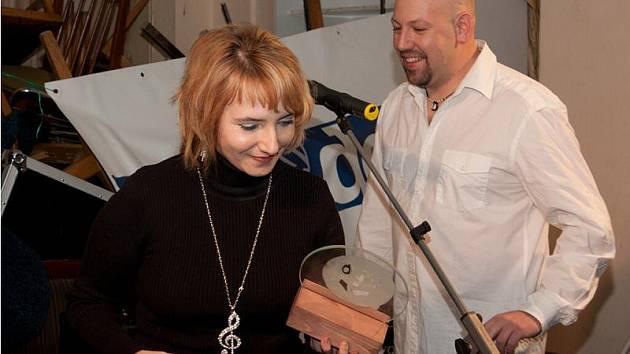 Lucie Procházková s trofejí Zpěvačka roku v loňském Otíkovi. Hlasujte pro ty letošní!