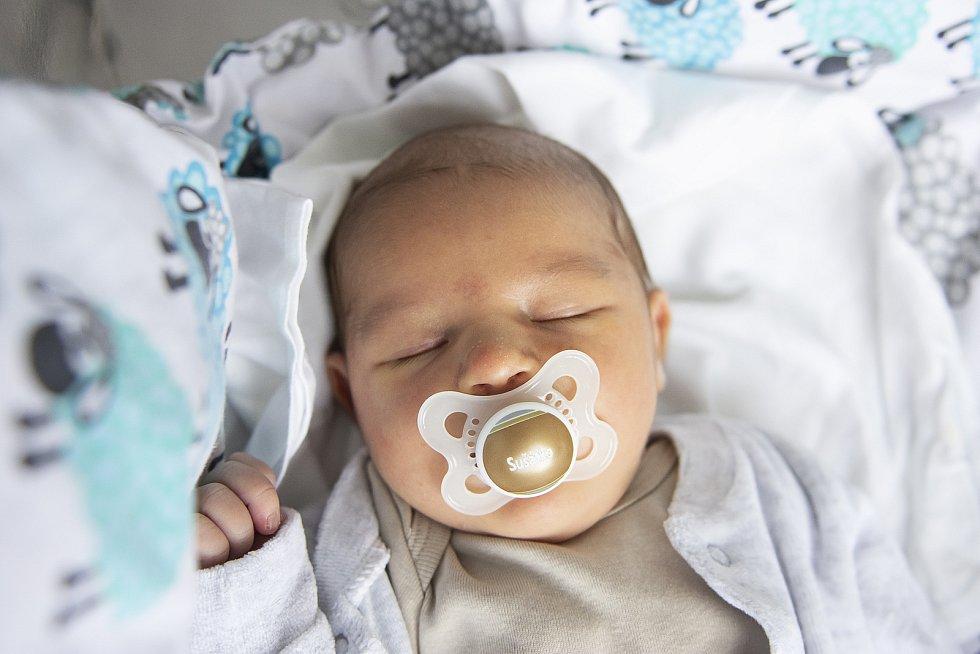 Karolina Suchá se narodila v nymburské porodnici 19. února 2021 v 0.06 hodin s váhou 3990 g a mírou 51 cm. V Předměřicích nad Jizerou se na prvorozenou holčičku těšili maminka Karolina a tatínek Václav. Foto: Viktoria Meyer