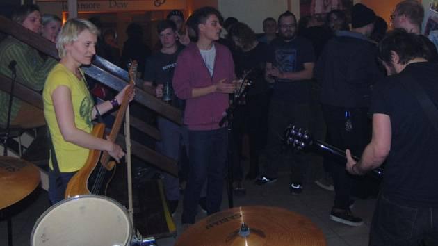 Skupina Otra Vez, v jejímž čele stojí Martin Poďous Podaný, organizátor benefičního festivalu.