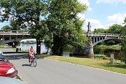 Z pravé strany kamenného mostu by měla být připevněna konstrukce dočasné lávky.