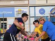 Po 23 letech se na nymburském náměstí Přemyslovců hrála plážová odbíjená. V pondělí se proti sobě postavila zajímavá tříčlenná družstva.