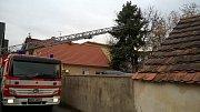 Hasiči ze stanice Dobříš zasahovali u stromu, který hrozil pádem na dům a dětské hřiště.