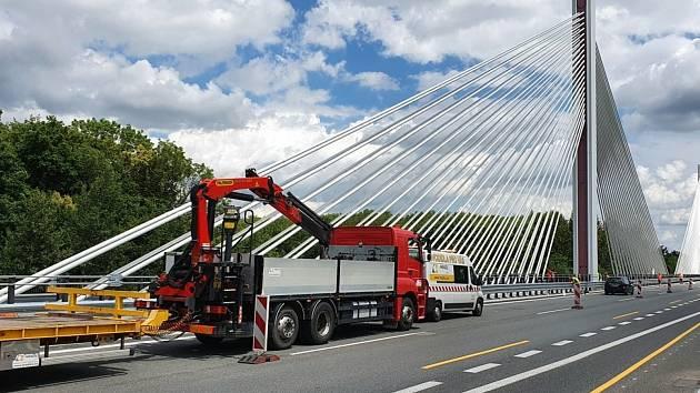 Lanový most u Poděbrad, který je součástí dálnice D11.