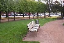Typ laviček a košů, které se ztratily z lázeňského parku.