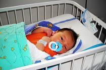 JAKUB JE MALÝ  ČARODĚJ. Jakub Měsíček se narodil mamince Janě a tátovi Radkovi 30.dubna 2014 v 15.45 hodin.Vážil 4 330 g a měřil 52 cm.Domů do Milovic si nový přírůstek do rodiny odvezou za věrně čekajícím kocourem Samuelem.