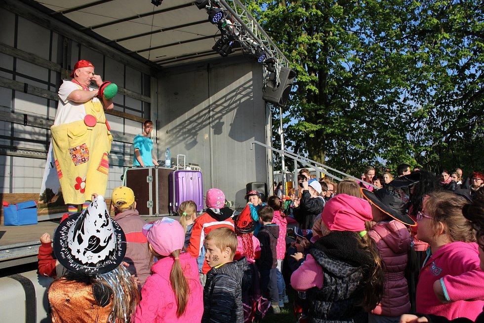 Na slet čarodějnic a čarodějů pozval v roce 2017 malé Nymburáky na Špičku nymburského Přístavu veselý klaun Krejčík Honza.