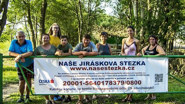 Dobrovolníci zvelebují Jiráskovu cestu v Městci Králové.