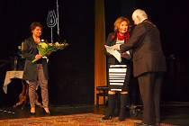 Poděbradské dny poezie tradičně vyvrcholily předáním Křišťálových růží v Divadle Na Kovárně. Na začátku poděbradský starosta Ladislav Langr předal čestnou medaili města slovenské herečce Emílii Vašáryové.