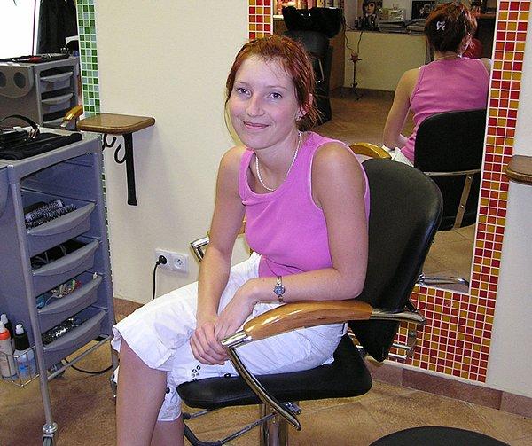 """Katka Grajciarová (26) pochází z Peček, vystudovala SOU v Praze, které reprezentovala v soutěžích. """"Hned jsme se začali učit stříhat na lidech"""" vzpomíná s úsměvem."""
