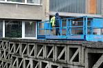 Speciální výsuvná plošina byla vidět v závěru uplynulého týdne u budovy policejního ředitelství na Boleslavské třídě.