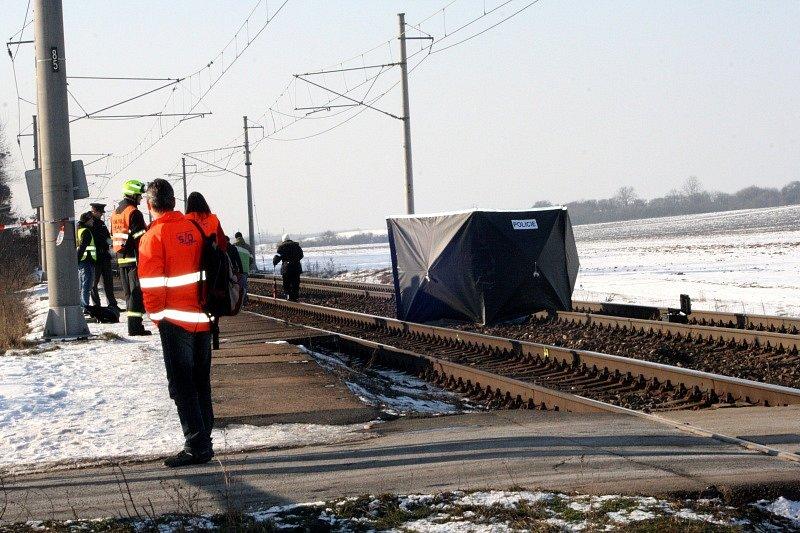 Situace poté, co osmnáctiletá dívka byla usmrcena projíždějícím vlakem na přejezdu u Stratova.