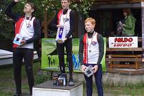 TŘI BORCI Lokomotivy obsadili první místa na trati C1 dorostenci na  500 metrů při Memoriálu Míry Šeny. Vyhrál Petr Fuksa jr. (uprostřed), druhý byl Jakub Zajíček (vlevo) a třetí Filip Vohradský