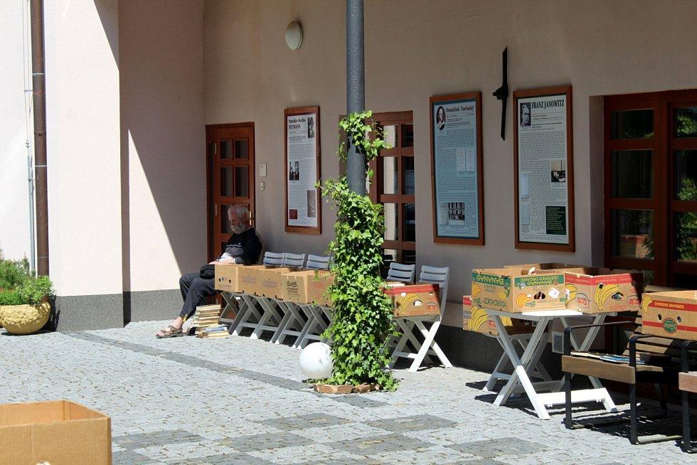 Burza knih se koná až do pátku v atriu poděbradské knihovny.
