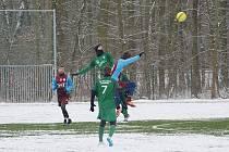 Se zasněženým umělým povrchem se lépe vypořádali fotbalisté Bohemie Poděbrady (v rudomodrém), kteří v přípravném zápase porazili divizní Polaban Nymburk 3:2.