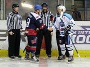Hokejisté Nymburka (v tmavém) prohráli v dalším kole druhé ligy na svém ledě s lídrem z Vrchlabí 2:5.