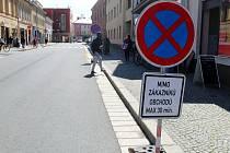 Neobvyklé označení parkovacích míst pomocí zákazových značek na Boleslavské třídě.