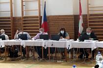 Zastupitelé schválili úvěr pro město Lysá ve výši 300 milionů korun. Snímky jsou z červnového jednání.