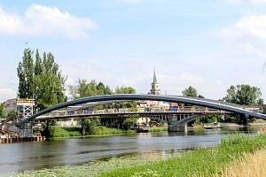 Nová lávka pro pěší a chodce byla během úterního dopoledne instalována nad řeku.