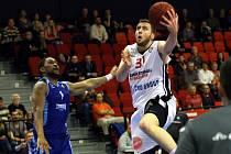 DŮLEŽITÉ UTKÁNÍ ZVLÁDLI. Basketbalisté Nymburka (v bílém Martin Kříž) na své palubovce zdolali Cmoki Minsk a vylepšili si tak svoji pozici pro postup do play off VTB ligy