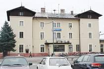 Budova hlavního nádraží v Nymburce.