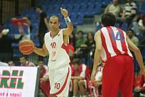 Z basketbalového utkání Adriatické ligy Nymburk - CZ Bělehrad (94:73)