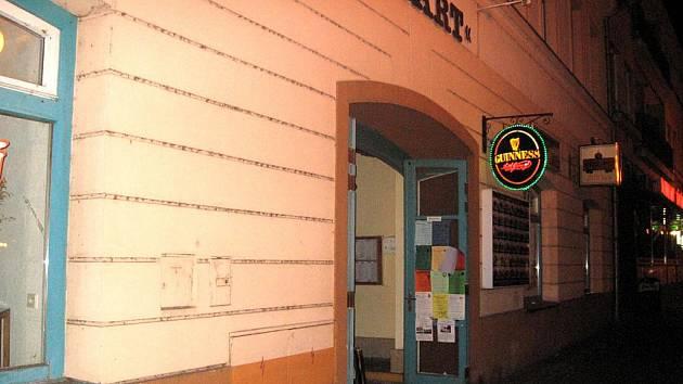 Vchod do irského pubu na nymburském náměstí, kde se stala tragická příhoda.