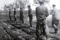 Snímky z popravy důstojníků SS za nymburskými železničními dílnami. Květen 1945.