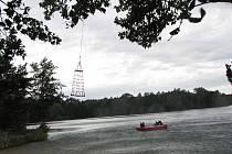Zásahovka a poříční policie cvičily na sadském jezeře