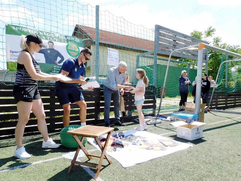 Sportovní den na hřišti za Základní školou Letců R.A.F. v Nymburce.