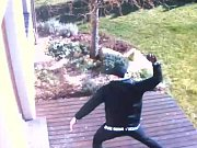 Brandýští policisté pátrají po muži, který ve čtvrtek 22. února před jednou hodinou odpoledne přelezl plot a vnikl na zahradu rodinného domku v Dřevčicích.