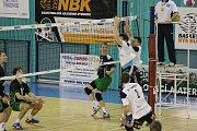 Volejbalisté Nymburka (v zeleném) vyhráli doma s Turnovem jen jednou a o postupujícím rozhodne pátý zápas