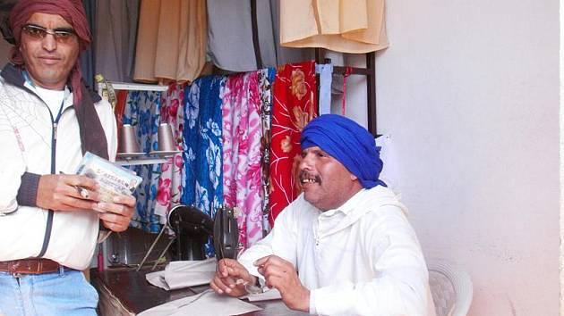Místní zpěvák v obchodě s džalabami.