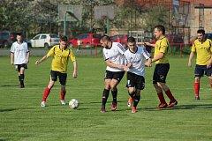 Fotbalisté Milovic (v bílém) v utkání I.B třídy.