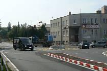 Provizorní kruhový objezd u policejního ředitelství nahradí letos trvalý. O pár desítek metrů dál před Hudebním klubem Mlejn vyroste i druhý kruhák.