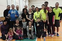 OBSADILI STUPNĚ VÍTĚZŮ. Milovičtí badmintonisté patřili v Čelákovicích mezi nejlepší v kategorii mixů