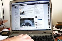Kriminalisté varují před poskytováním hesel a kódů pro mobilní platby na sociálních sítích.
