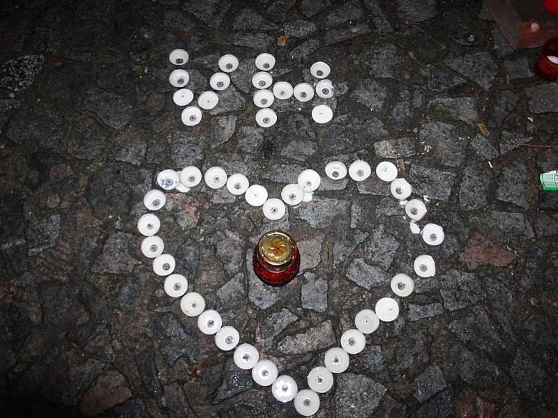Srdce ze svíček vytvořili na nymburském náměstí Nymburáci.
