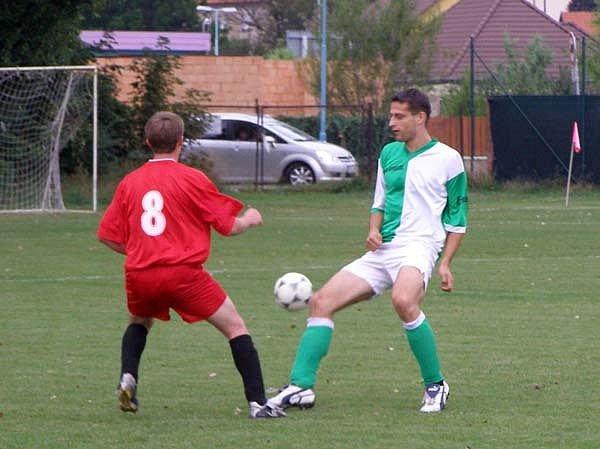 Fotbalisté Slovanu Lysá (v červeném) vyhráli v přípravném zápase nad rezervou nymburského Polabanu 2:0.