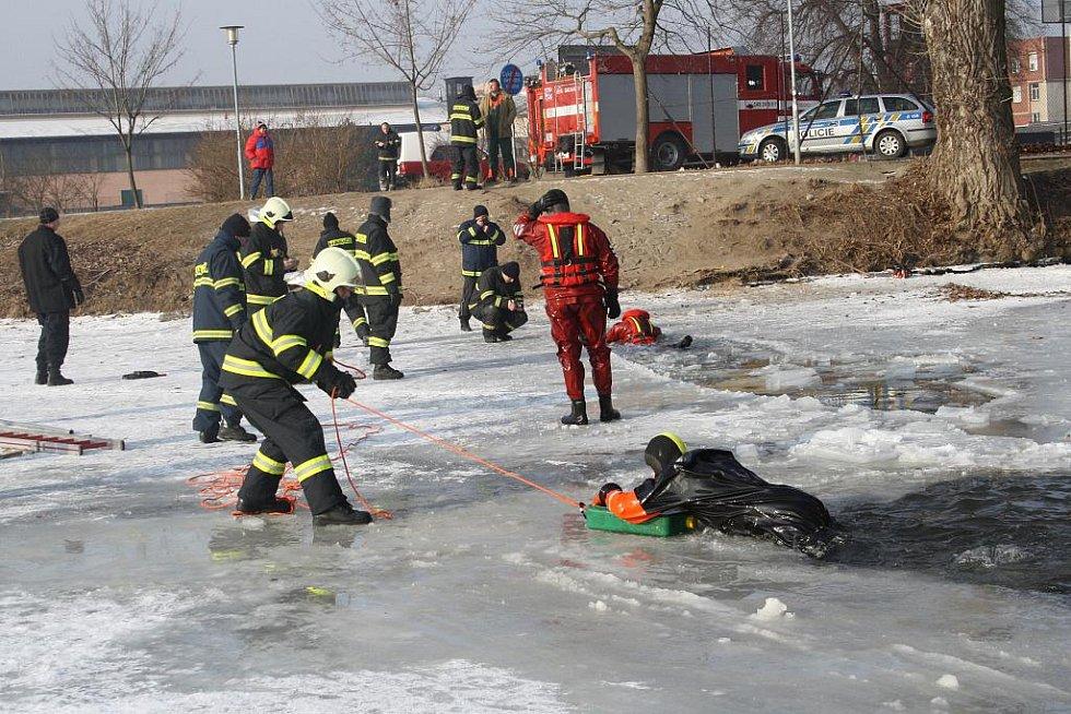 Hasiči cvičili na zamrzlém Labi