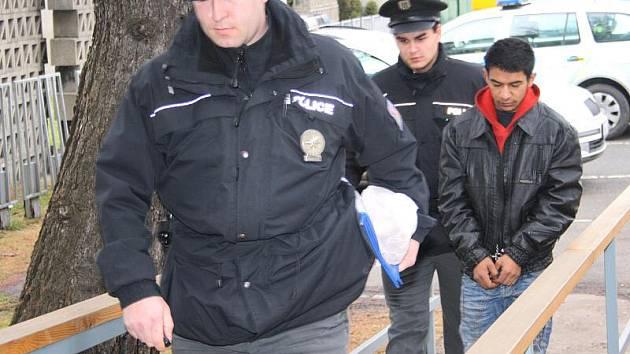 Mladíci, kteří byli chyceni při krádeži