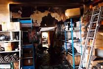 Požár haly se sportovní výbavou v Milovicích