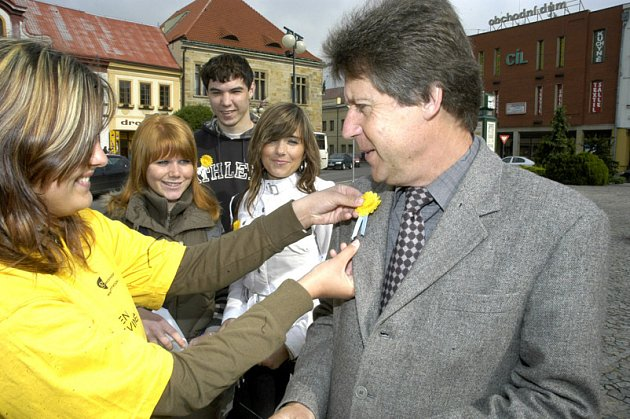 Jako poslední kupoval od této skupinky na Náměstí Přemyslovců žlutý květ Jiří Černý.