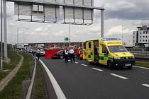 Vážná nehoda, za níž zřejmě stály zdravotní komplikace 68letého řidiče, zkomplikovala čtvrt hodiny po úterním poledni dopravu na dálnici D1 nedaleko Prahy.