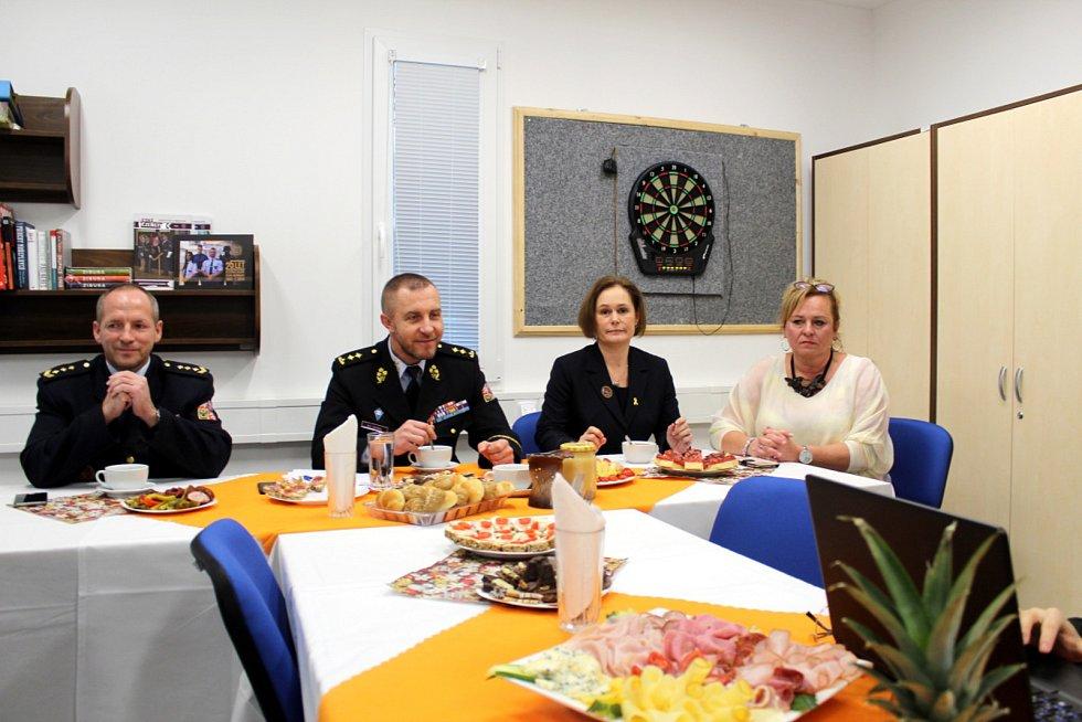 Na tiskové konferenci v jiřické věznici zleva ředitel věznice Petr Suk, generální ředitel Vězeňské služby Petr Dohnal, mluvčí Vězeňské služby Petra Kučerová a Hana Prokopová zodpovědná za projet Otevřená věznice.