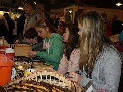 Adventní doprovodný program ve skanzenu v Přerově nad Labem završily nedělní tvořivé dílny a řemesla v bednárně.
