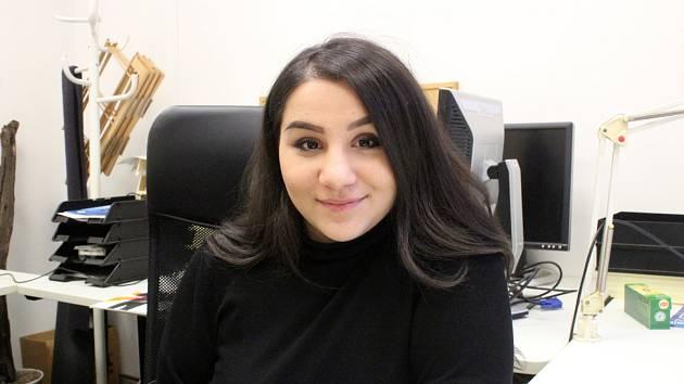 Zpěvačka Andrea Holá v redakci Nymburského deníku.