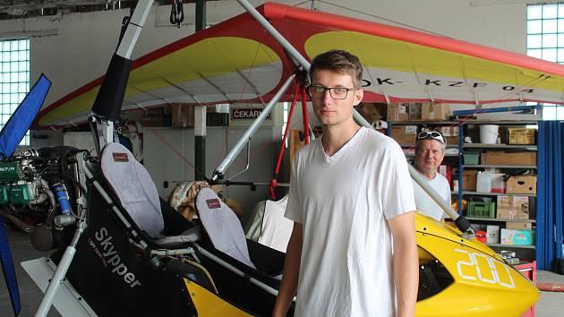 Zbyněk Adam (otec) a Matouš Adam (syn) právě reprezentují let na motorovém rogalu v Litvě.