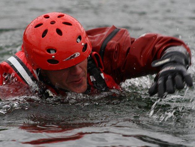 Hasiči cvičili na sadském jezeře